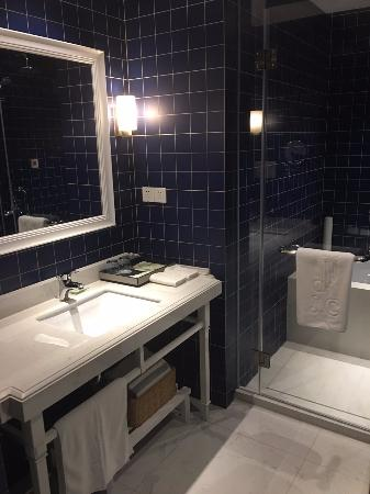 Jinchen Hotel: HUGE bathroom, new and clean!