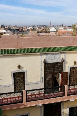El riad en primer plano y la mezquita de la Koutubia al fondo