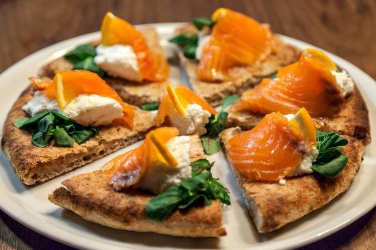 Il Bixtrot , Pizza Gourmet Focaccia con salmone norvegese marinato al  brandy, ricotta
