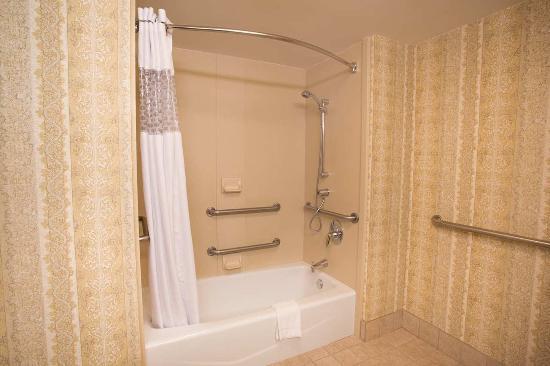 Saint Ann, MO: Accessible 2 Queens w/ Tub Bathroom