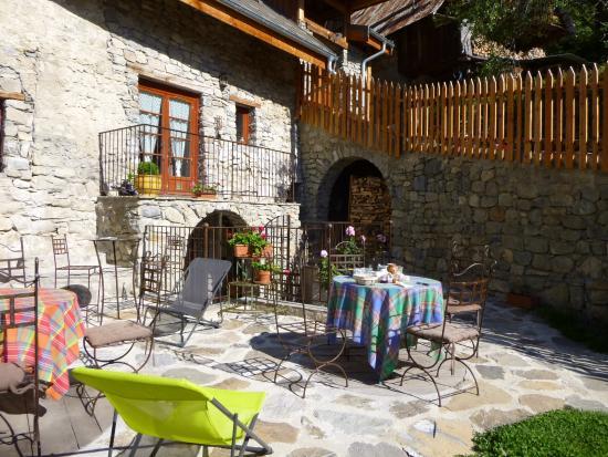 Reallon, Frankrig: petit déjeuner sur la terrasse en été