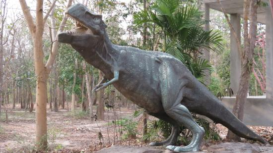 Phu Faek Forest Park: Replica dinosaurs at the car park and interpretive center