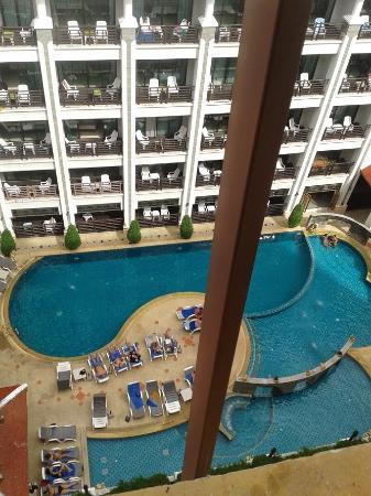 Amata Patong: プールのほぼ全景