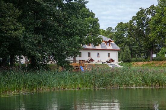 Folwark Hutta: Widok z jeziora