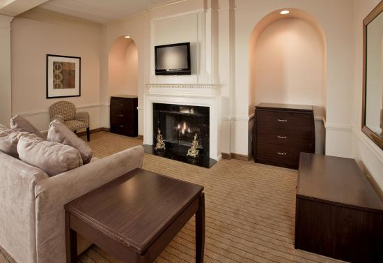 Holiday Inn St. Louis Airport: Relax in a spacious Living Room w/ Fireplace Suite