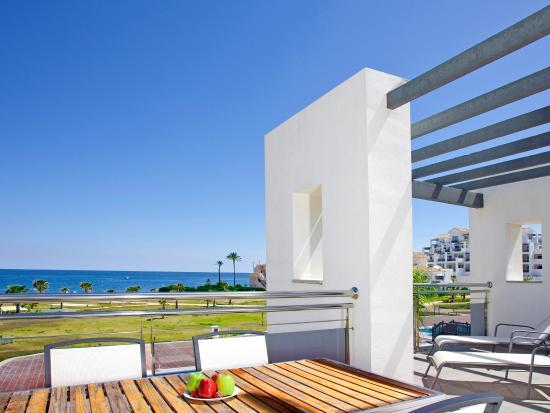 Hotel Fuerte Estepona: Terraza de la Habitación Suite 2 dormitorios