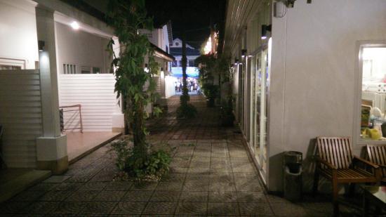 Clear House Guest House : Reception till höger och gatan är i slutet av infarten