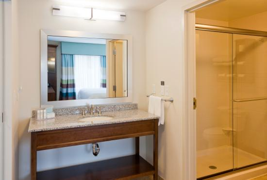 Hampton Inn & Suites Minneapolis / West-Minnetonka : Large king suite with shower and lots of space