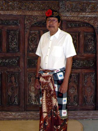 Nathan Hotel: sesudah berpakaian Bali di bantu oleh Receptionis Hotel Nathan ..