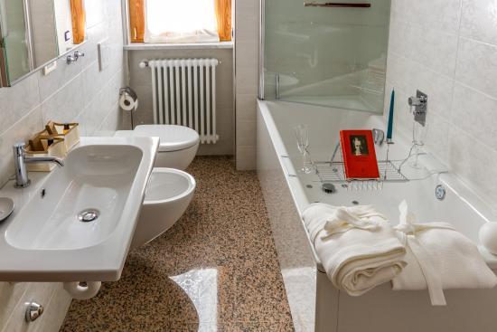 Bagno Esterno Privato : Bagno privato esterno con vasca idromassaggio foto di b b buon