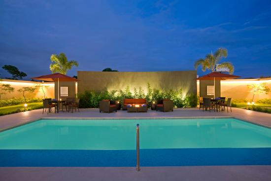 Courtyard Panama at Metromall Mall: Pool Night