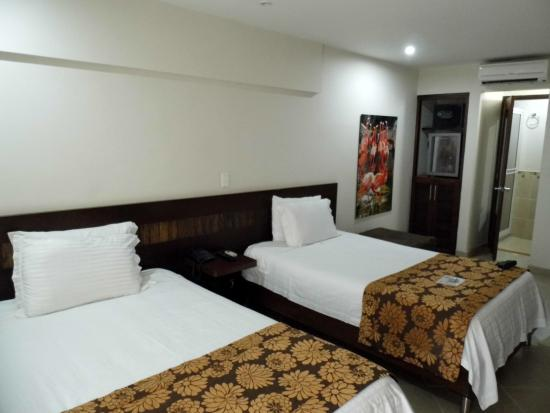 Hotel Poblado Boutique Express: Quarto amplo com ar condicionado