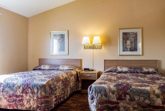 Econo Lodge Watertown: Queen suite