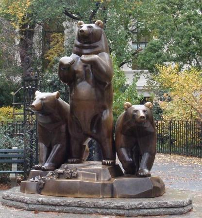 ‪Group of Bears Statue‬