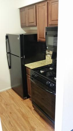 BEST WESTERN Milwaukee West: Whirlpool Suite Kitchen