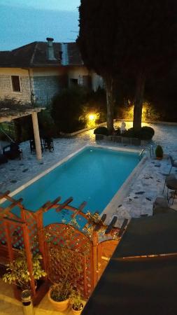 Anis Hotel : Vue du 1er étage sur la piscine et la terrasse