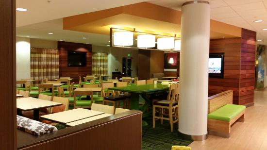 Fairfield Inn & Suites Baltimore BWI Airport: Eating Area next to Lobby