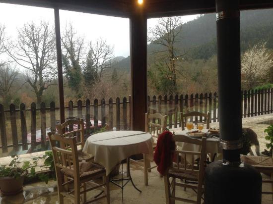Koryschades Village : ο χώρος στην άκρη της τραπεζαρίας είναι υπέροχος για να πάρεις τον πρωινό σου καφέ