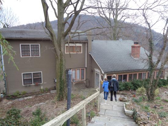 The Ledge House Bed and Breakfast: Walking from parking area