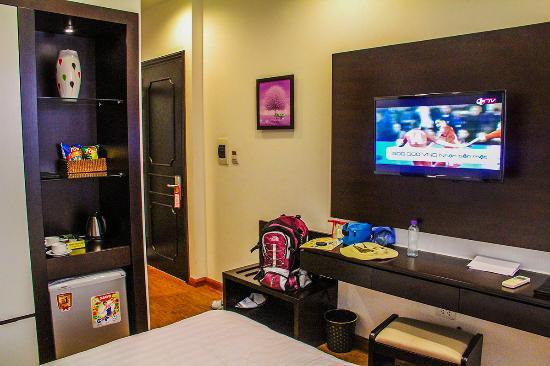 Hanoi Legacy Hotel - Bat Su: Clean and spacious room