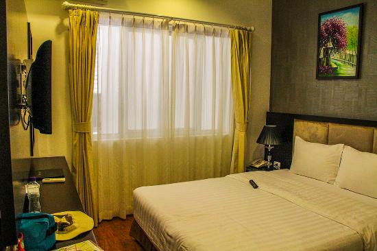 Hanoi Legacy Hotel - Bat Su: Clean and spacious room