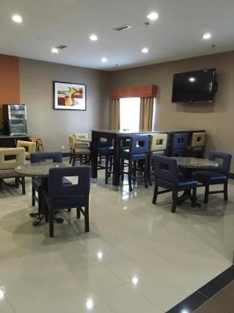 Salem, IL: lounge