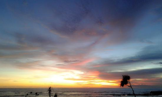 Κανγκού, Ινδονησία: Sun slow down to the earth stomach ,Canggu beach