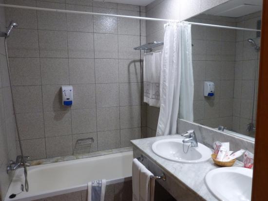 Salle de bain avec baignoire, WC et sèche-cheveux. - Picture of ...