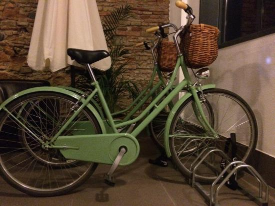Apartamentos San Pablo: Bicycle parking!