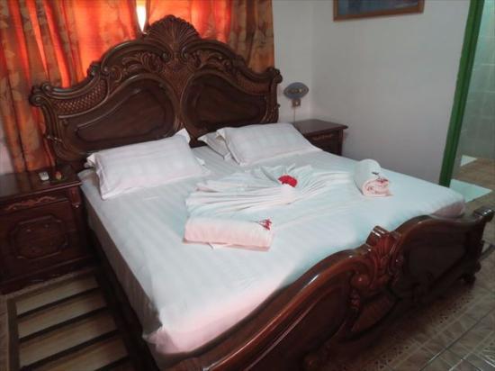 Buisson Guesthouse La Digue : 立派な作りのベッド