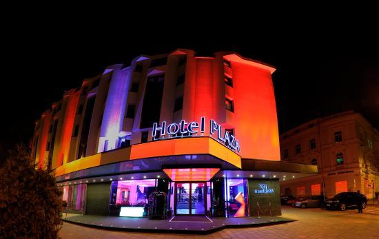Plaza V & Plaza V Executive Hotel: Plaza by night