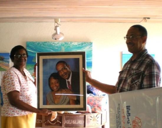Holetown, Barbados: Happy framing customer