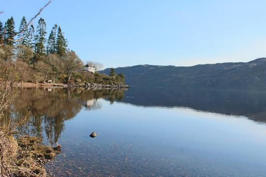 Loch Ness Highland Cottage B&B: View from the side of the lake (50m by walk)