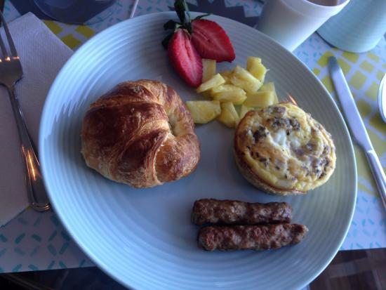 Edgewater Inn: Homemade breakfast served at your water view table in the dining area.