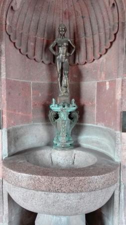 """Brunnen """"Badendes Mädchen"""""""