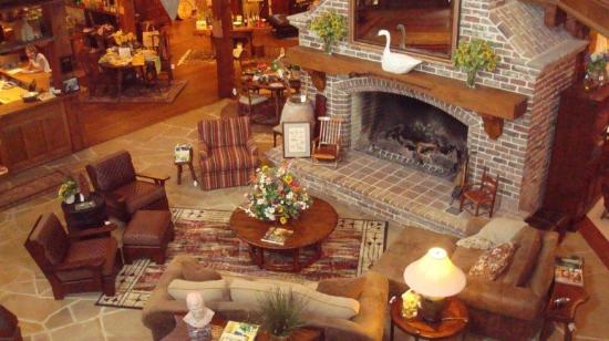Lexington, Carolina del Norte: The fireplace is the centerpiece at The Bob Timberlake Gallery