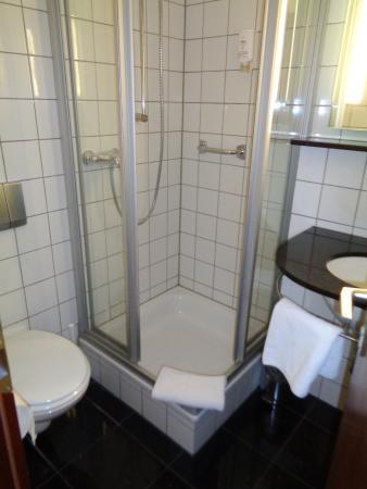 attimo Hotel Stuttgart: sauber und wird täglich gereinigt, Föhn und Dusch shampoo vorhanden
