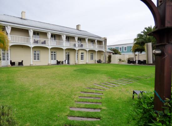 Dock House Boutique Hotel: The hotel's backyard.  Stepping stones lead to path to V&A waterfront.