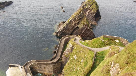 Dunquin, أيرلندا: Dunquin Harbor/Pier. This was taken off a cliff.
