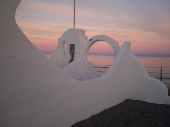 LOS AROMOS: Rosa intenso, azul y el mar celeste azulado confunden la línea del horizonte. Bellísimo.