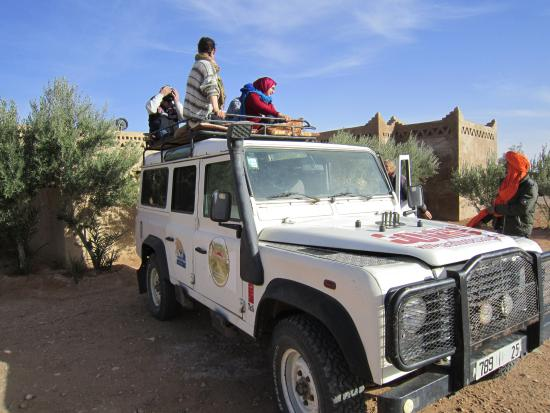 Cafe Tissardmine: Sitting on the Roof of the car to get to Erg Chebbi. It was so much fun! Thank you Youssef!