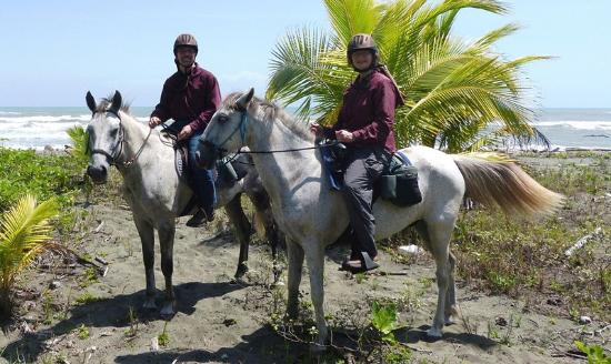 Hotel Magellan Inn: With the horses on the beach during one of our treks.