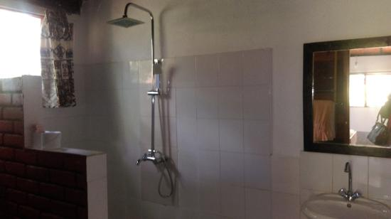 Outpost Lodge: Clean Showers