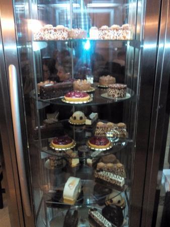 Belyye Nochi: витрина с десертами