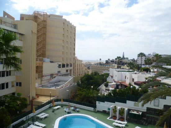Apartamentos Las Dunas: View of pool from room