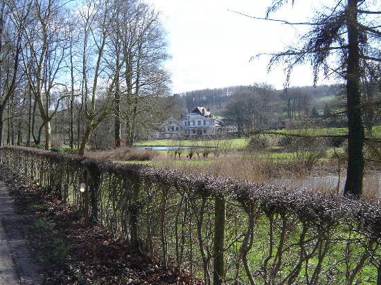 Fouron-le-Comte, Belgique : View of hotel along access road