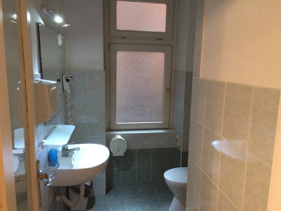Hotel Swing City : В туалете окно, около которого курят люди