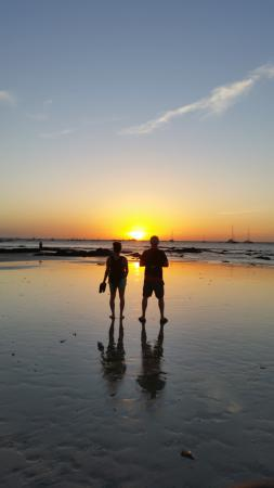 KayaSol Surf Hotel: SUNSET WATCHING AT THE BEACH.