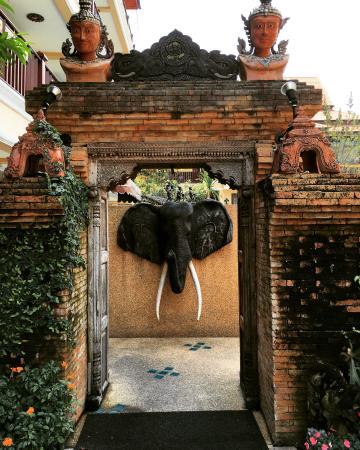 At Chiang Mai Hotel : Hotel entrance