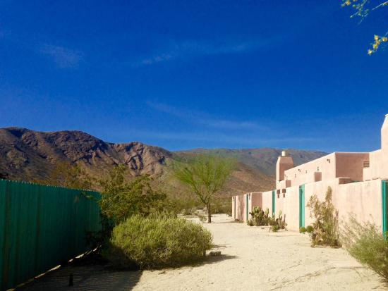 Borrego Valley Inn: Other rooms away from the main entrance with a private pool to the left
